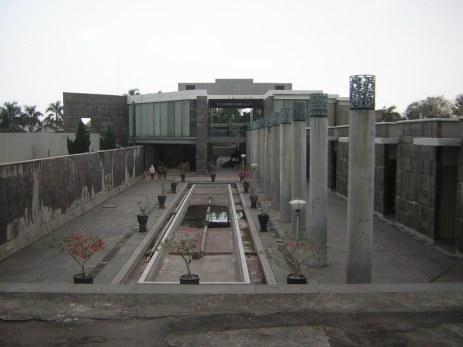 bagian depan perpustakaan Soerkarno
