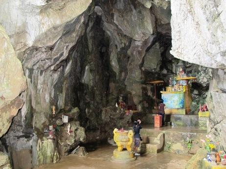 kuil di dalam goa, marble mountains