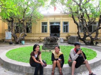 bersantai di depan cham museum