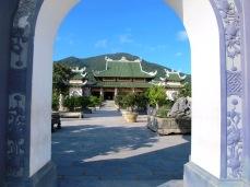Kuil dari gerbang Linh Ung Buddhist