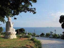Bagian lagi Linh Ung Buddhist Temple. Lautan lepas di depan mata