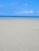 pasir putih yang menyilaukan menghampar bak permadani